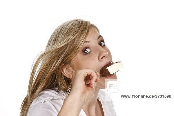 Junge Frau isst Eis am Stiel