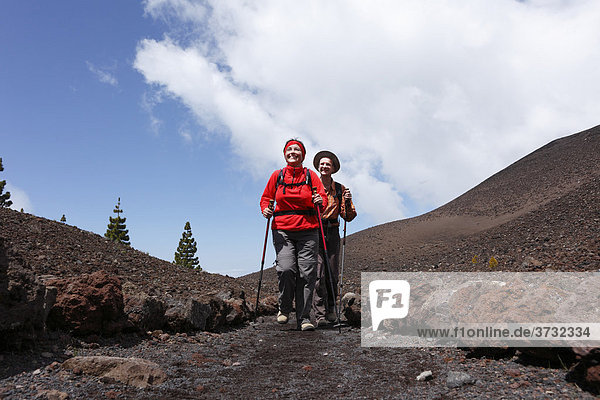 Cumbre Vieja  wanderndes Paar auf Ruta de los Volcanes  Vulkanroute  La Palma  Kanaren  Kanarische Inseln  Spanien  Europa
