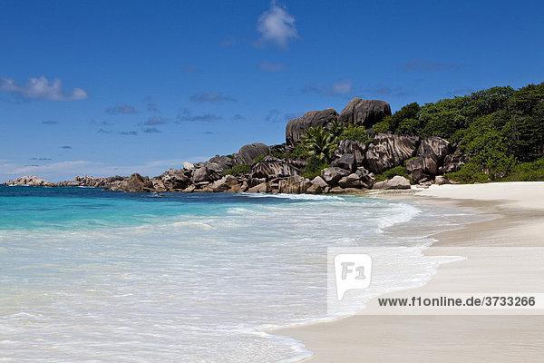 Einsamer Strand von Grand Anse mit den typischen Granitfelsen von La Digue  Insel La Digue  Seychellen  Indischer Ozean  Afrika