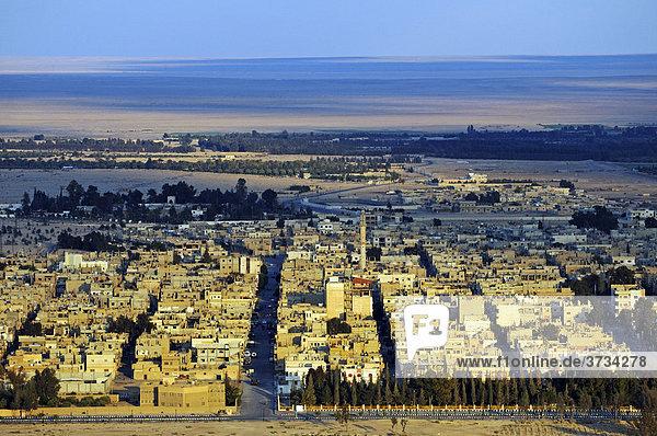 Blick von der Burg Qala'at Ibn Ma'n auf die Stadt Palmyra  Tadmur  Syrien  Asien
