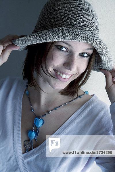 Junge Frau mit Hut und Schmuck  Portrait