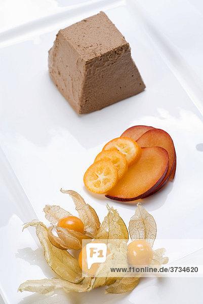 Dessert  Pflaumen  Kumquats  Physalis  Mousse au chocolat Dessert, Pflaumen, Kumquats, Physalis, Mousse au chocolat
