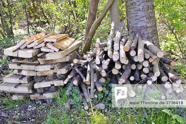 Holzstapel als Nistmöglichkeit für Insekten im Garten  Insektenhotel