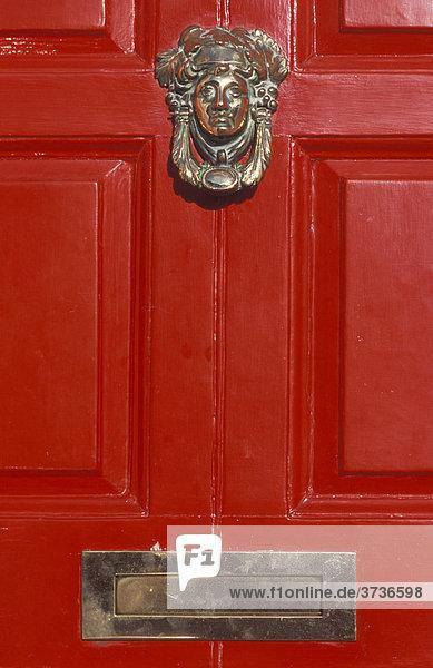 Türklopfer und Briefkasten an einer Dublin Door  Tür  rot  Merrion Square  Dublin  Irland