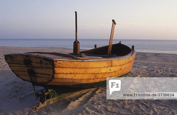 Altes Fischerboot am Strand  Ahlbeck  Insel Usedom  Mecklenburg-Vorpommern  Deutschland  Europa