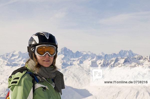 Frau mit Skihelm vor schneebedeckten Bergen  Andermatt  Schweiz