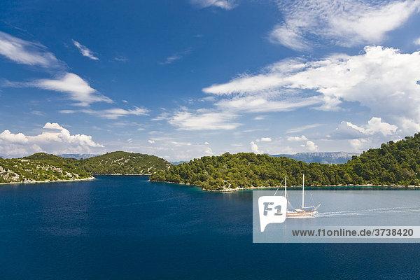 Inselgruppe mit Segelschiff  Nationalpark Mljet  Insel Mljet  Dubrovnik-Neretva  Dalmatien  Kroatien  Europa
