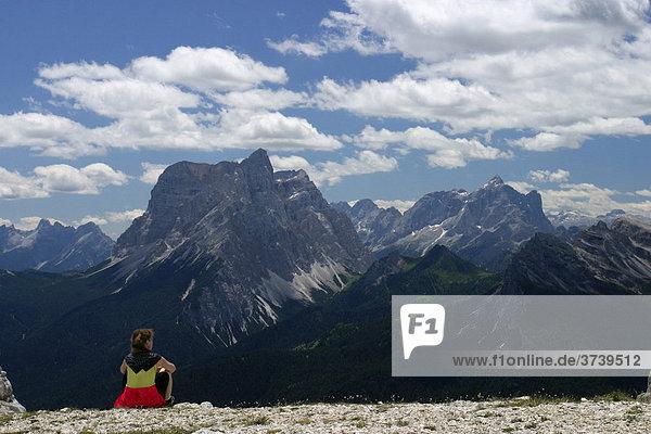 Frau rastet auf Monte Pelmo  Dolomiten  Alpen  Italien  Europa