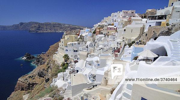 Blick auf den Ort Oia  Ia  mit typischer verschachtelter Kykladenarchitektur  hinten blaues Meer  Santorin  Kykladen  Griechenland  Europa