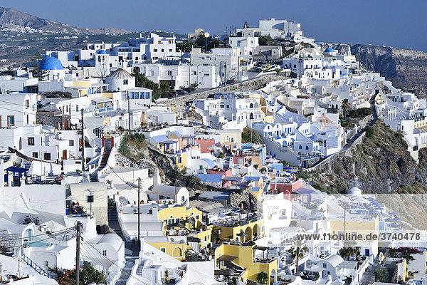 Blick auf den Ort Thira  Fira  mit typischer Kykladenarchitektur  Santorin  Kykladen  Griechenland  Europa