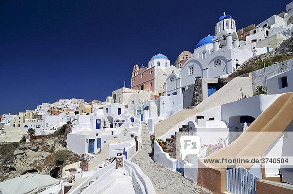 Gassen von Oia  Ia  Kuppelkirche  mit typischer Kykladenarchitektur  Santorin  Kykladen  Griechenland  Europa