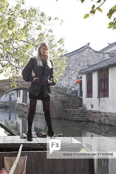 Junge Frau auf Boot in Suzhou  Jiangsu  China  Asien