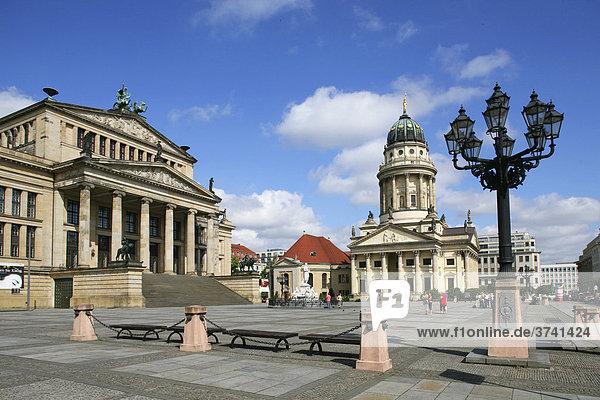 Das Konzerthaus und der französische Dom am Gendarmenmarkt  Berlin-Mitte  Deutschland  Europa