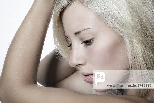 Junge blondhaarige Frau  Portrait