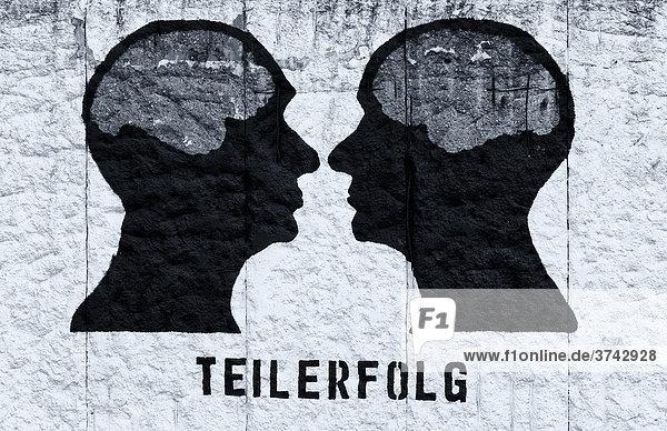Teilerfolg  Grafik an einer Mauer  Berlin  Deutschland  Europa