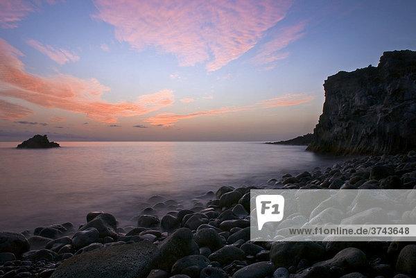 Langzeitbelichtung Abendstimmung an der Küste  Lavafelsen am Strand  La Palma  Kanarische Inseln  Spanien  Europa