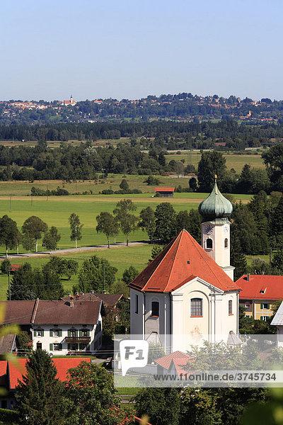 Kirche in Eschenlohe mit Blick auf Murnau  Oberbayern  Bayern  Deutschland  Europa