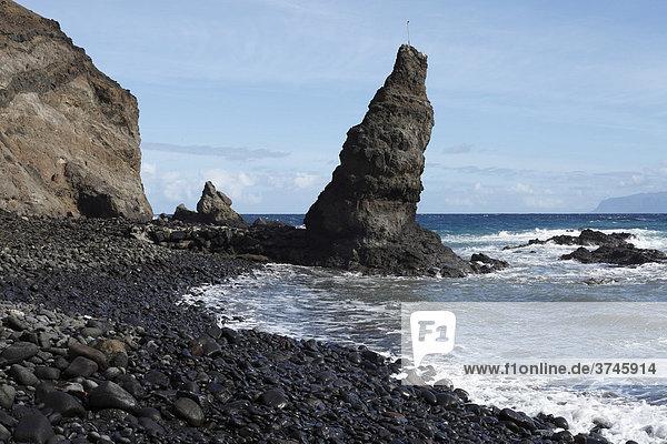 Felsturm aus Lavagestein  Playa de Caleta  Hermigua  La Gomera  Kanaren  Kanarische Inseln  Spanien  Europa