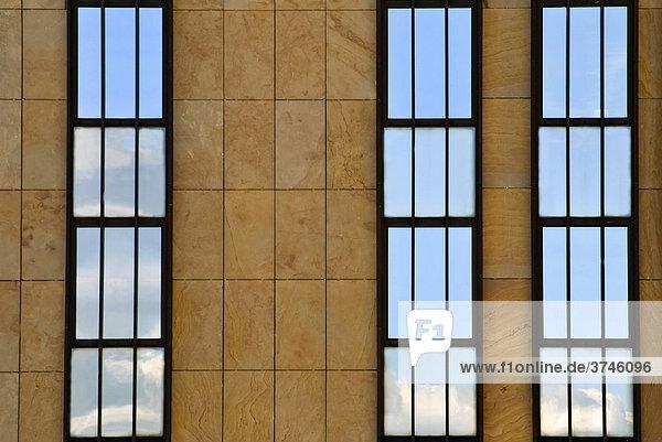 Dreigeteilte Fassade mit Spiegelung in den Fenstern