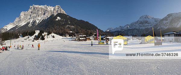 Skipiste  hinten die Zugspitze  Ehrwald  Tirol  Österreich  Europa