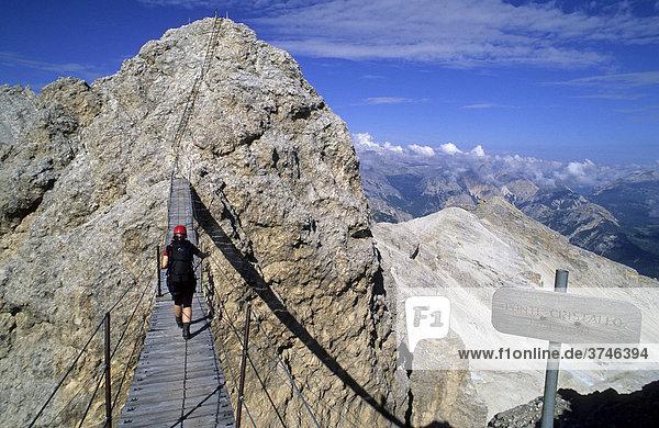Klettersteiggeherin auf der Brücke Ponte Cristallo  Klettersteig Sentiero Ivano Dibona  Cortina d'Ampezzo  Ampezzaner Dolomiten  Italien  Europa