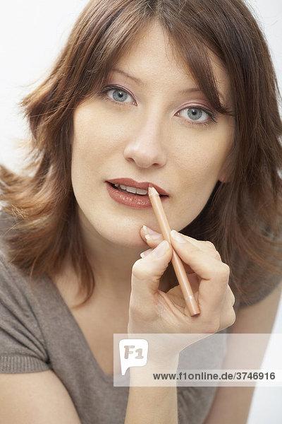 Frau trägt Lipliner auf  Portrait
