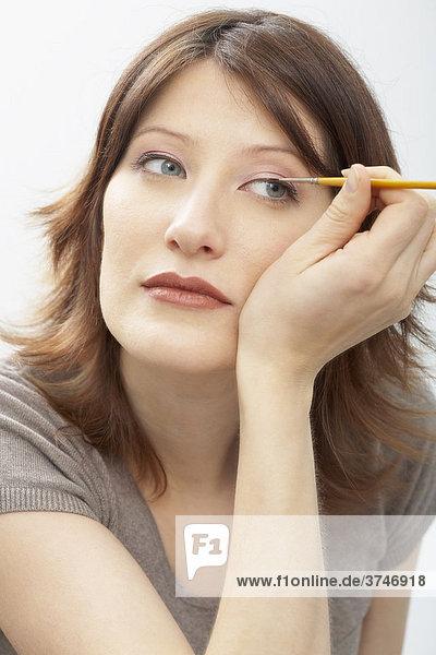 Frau trägt Eyeliner auf  Portrait