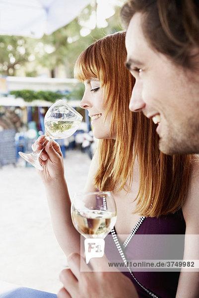 Paar im Restaurant beim Weintrinken