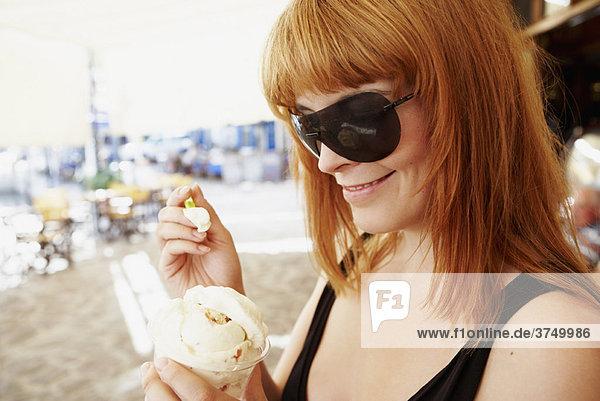 Junge Frau beim Eis essen