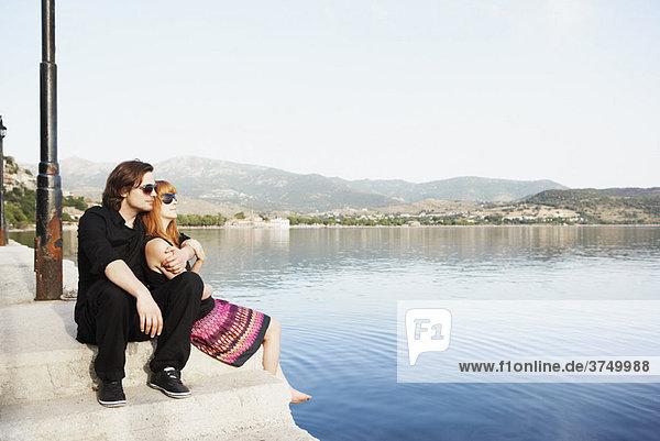 Paar am Meer sitzend