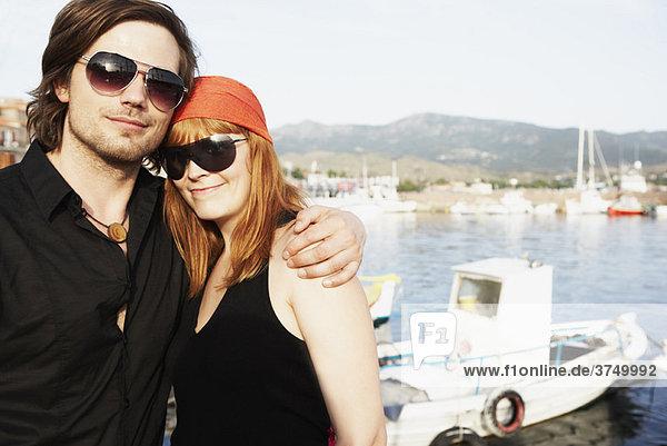 Paar vor dem Hafen