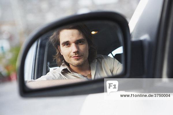 Mann mit Blick auf den Rückspiegel