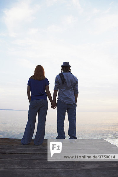 Paar am Steg stehend