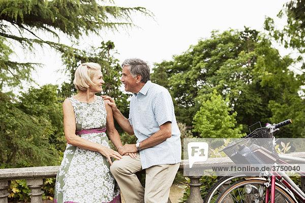 Reife Paare bei einer romantischen Pause