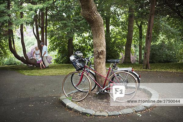 Paar hat Pause vom Radfahren