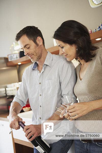 Paar öffnet Flasche Wein