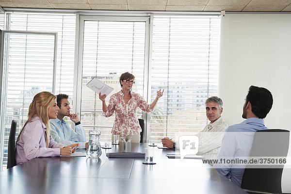 Gruppe von Geschäftsleuten im Meeting
