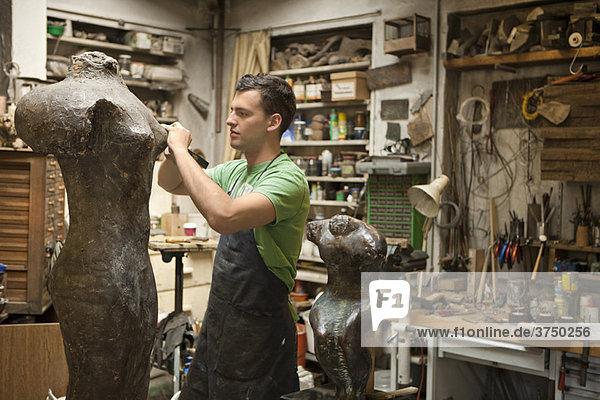 Künstlerin bei der Arbeit an Skulpturen