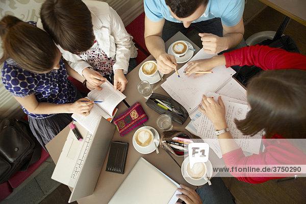 Studenten  die in einem Cafe studieren