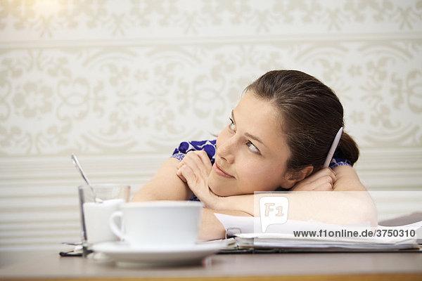 Student studiert in einem Cafe
