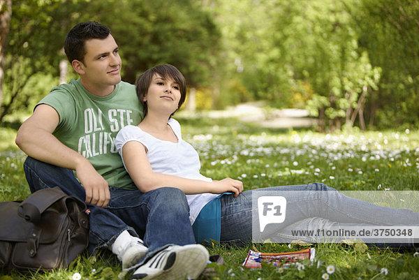 Junges romantisches Paar im Park