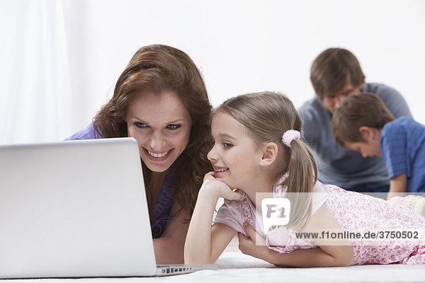 Mutter und Tochter auf dem Laptop