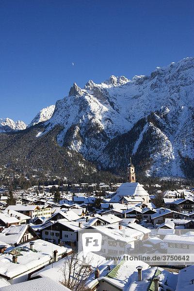 Mittenwald mit Karwendel im Winter  Bayern  Deutschland