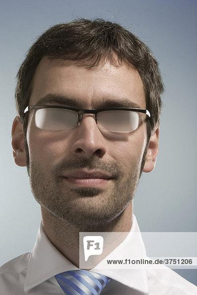 Geschäftsmann mit beschlagener Brille