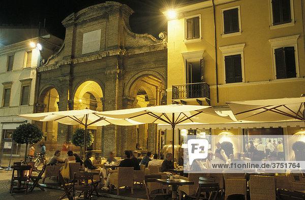 Piazza Cavour mit Cafe und alter Markthalle bei Nacht  Rimini  Emilia Romagna  Adria  Italien