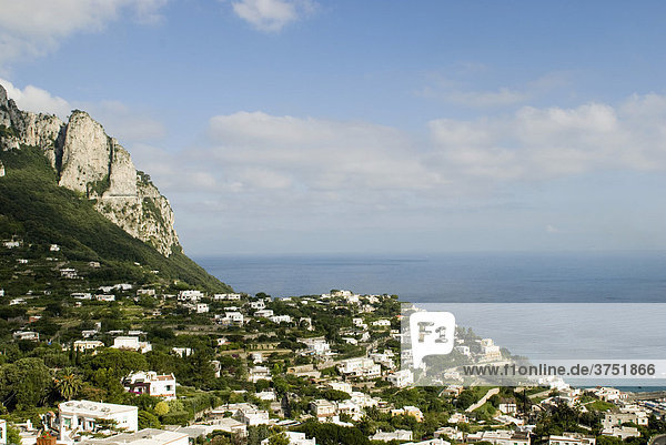 Blick vom Ort Capri über weiße Häuser aufs Meer  Insel Capri  Kampanien  Italien