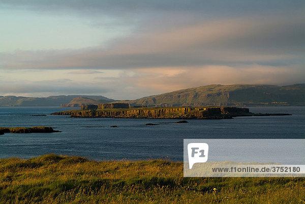 Küste mit Blick auf Mull von Lunga  Treshnish Isles  Großbritannien