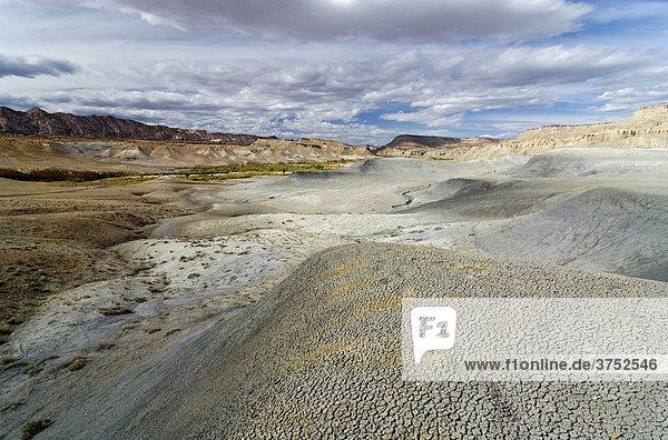 Fußspuren auf trockenem Lehmboden in den Badlands im Grand Staircase Escalante National Monument  Utah  USA  Nordamerika