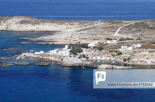 Kleines Fischerdorf mit Bootsgaragen auf Milos  Kykladen  Griechenland  Europa