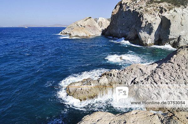 Felsküste mit Wellen und Gischt auf Milos  Kykladen  Griechenland  Europa